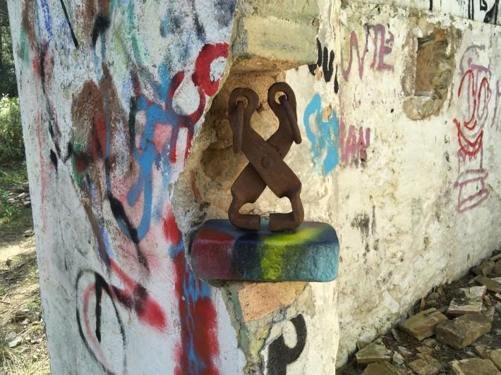 """""""Muro"""". Escultura con combinación de materiales reciclados y color."""